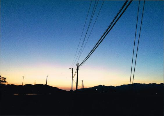 お城山と下渡山に沈む夕日