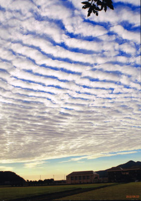 秋晴れの夕雲と校舎