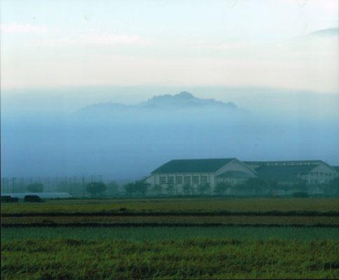 朝霧に包まれたお城山