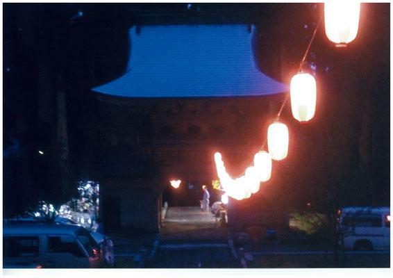 夕闇の山門