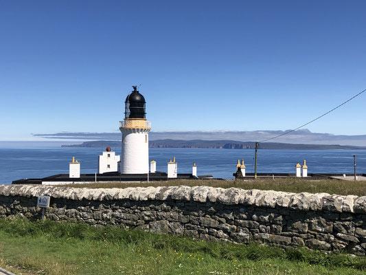 Der Leuchtturm am Dunnet Head, dem nördlichsten Punkt des britischen Festlandes, mit Blick auf die Orkney Inseln ... .