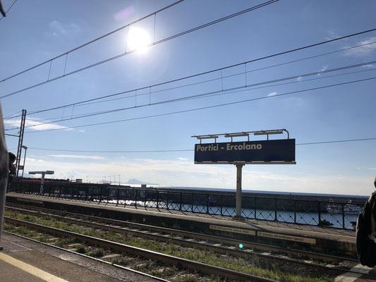 Portici ... Bahnhof mit Meerblick, wir fuhren mit dem Zug nach Salerno entlang der Küste