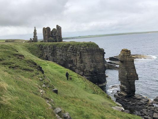 Castle Sinclair Girnigoe. Als wir hinlaufen hören wir Dudelsackklänge ... einfach mystisch.
