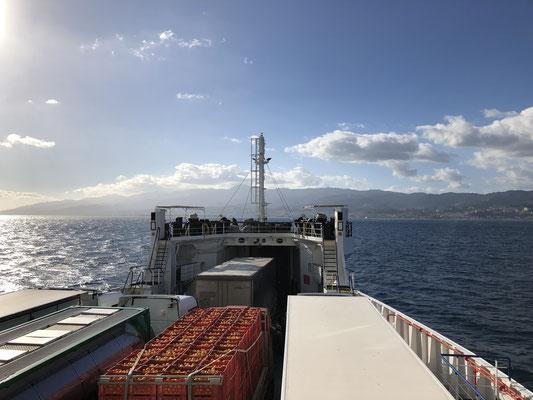 Die Fatamorgana (so heißt das Schiff wirklich) auf dem Weg über die Straße von Messina.