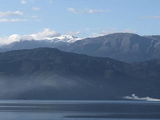 Am Tag der Abreise sehen wir auf der Peloponnes gegenüber den ersten Schnee.