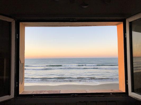 Unser Küchenfenster... ein Traum, wir stehen fast mit den Füßen im Wasser!