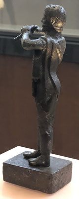 Eine Bronzefigur... der Flötenspieler.