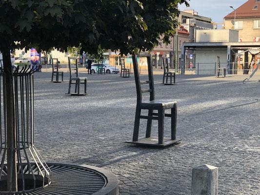 Das Mahnmal auf dem Ghettoplatz von TADEUZ KANTOR - 70  Eisenstühle - grau, leer, überdimensioniert - erinnern an 70.000 Juden, die hier einst lebten, geblieben sind nur ihre Möbel.