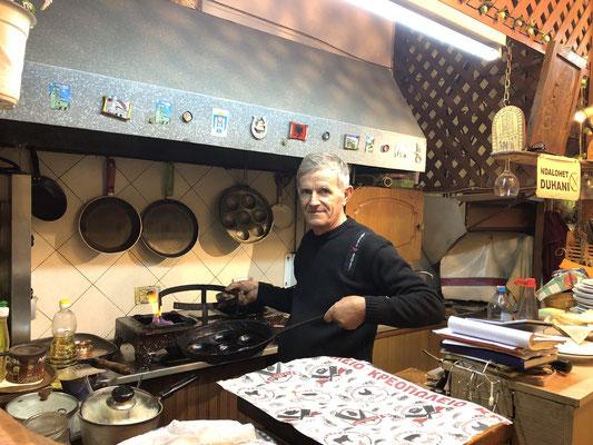 Darf ich vorstellen: unseren fantastischen Koch, Eigentümer und leisen, stolzen, angenehmen Mann für den Service in seinem Lokal Gjoca: Defrim.