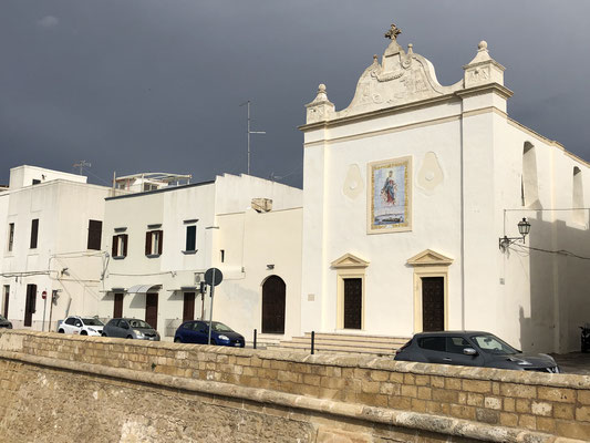 kleine weiße Kirchen und Häuser in Gallipoli