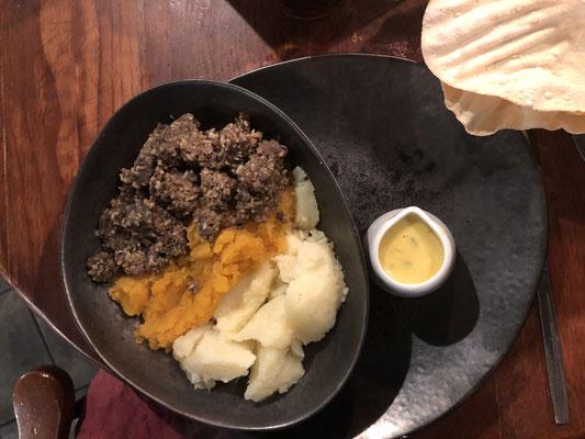 Haggis, neeps & tatties (Schafsinnereinen, dazu Steckrübenpüree & Kartoffelpüree)