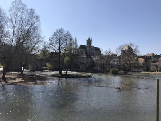 Die Stadtansicht von Moret-sur-Loing über den Fluss hinweg.