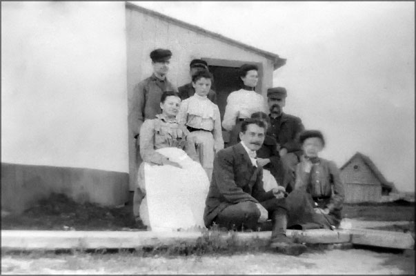 Lorenzo Malouin avec des parents et amis à la Pointe-Ouest vers 1903