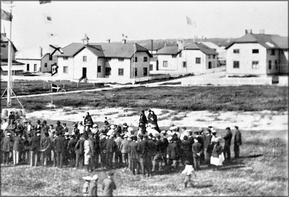 Fête du 14 juillet au carré français (1900-1903). On voit l'école à gauche et derrière la maison du docteur où vécut le M. Bourret, docteur et à droite, l'hôpital.