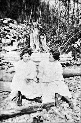 Deux jeunes femmes sur la grève