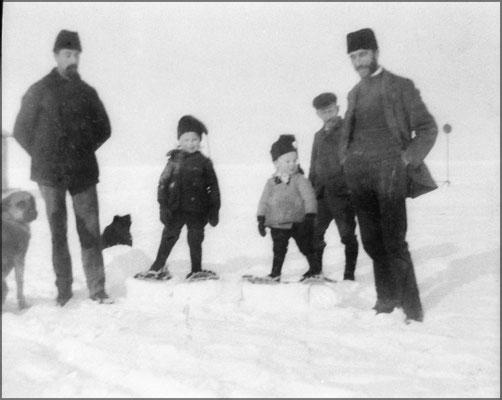 Eugène Servêtre et son frère Ernest. Lucien et Jean-Louis, les enfants de Eugène. Eugène, chef de magasin en remplacement de LP Desbiens après plusieurs années comme commis au même magasin de BS.