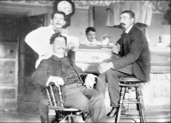 Bureau de l'administration à Baie Ste-Claire, Lorenzo Malouin, Fernand LeBailly, et Eugène Servestre à droite