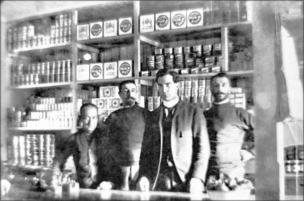 Louis-Philippe Desbiens au centre, commis,  entouré des frères Ernest et Eugène Servêtre, chef de magasin