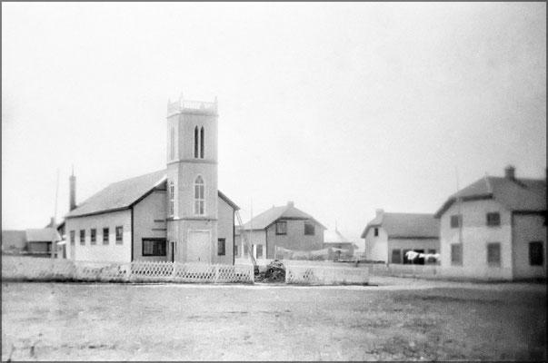 L'église et à droite, l'hôtel