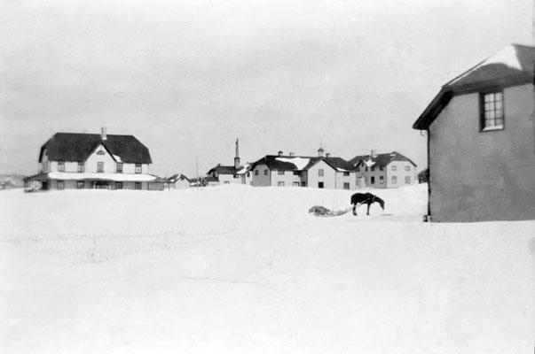 Résidence du gouverneur à gauche, au centre l'école, à droite, l'hôpital-musée et face au cheval, le magasin