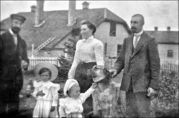 Eugène Servêtre (arrivé à Anticosti en 1896) et sa femme Félixine Rouleau (arrivée à Anticosti en 1898) (mariage le 6 sept. 1899) . À gauche c'est probablement Ernest Servêtre, le frère d'Eugène, le petit Lucien. L'autre est peut être Jean-Louis