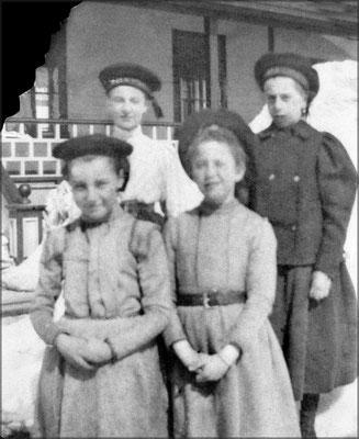 Jeunes demoiselles devant la résidence du Gouverneur. L'on aperçoit Georgette Comettant (1888-1968) en arrière-gauche (fille de Lucien Comettant) ma grand-mère