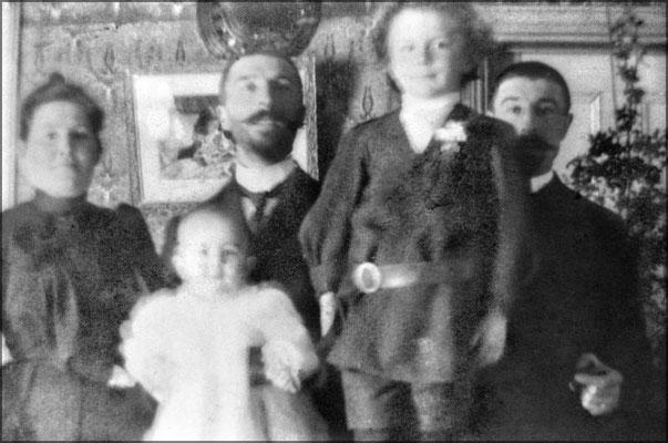 Les frères Eugène et Ernest Servêtre et Félixine Rouleau (femme de Eugène). Les petits Jean-Louis et Lucien. La fille Françoise née en 1912 fut la femme de Gérald Fillion (1919-2005), directeur du Devoir.