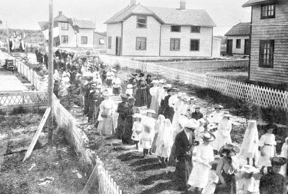 Procession de la fête Dieu vers 1903 à Baie Ste-Claire. On voit au centre la maison du douanier, c'est une des deux maisons existantes encore aujourd'hui à Baie Ste-Claire.