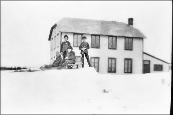 Enfants glissent devant la maison des Commis, Baie Ste-Claire