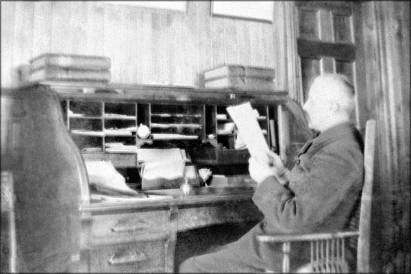 Le gouverneur Lucien Comettant à son bureau dans la résidence du Gouverneur