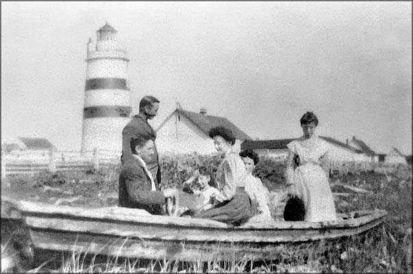 Phare de la Pointe Sud-Ouest, debout Zéphirin Lemieux, assis Lorenzo Malouin et Blanche Lemieux