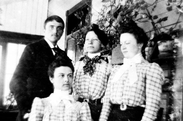 Fernand Le Bailly, Simone Lavigne (son épouse) qui est la fille de Blanche Comettant, soeur de Lucien Comettant. Thérèse Comettant à droite et Renée Comettant en bas, filles de Lucien
