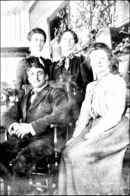 Renée Comettant (1880-1965) , Simone Lavigne (épouse de Fernand Le Bailly assis) et Thérèse Comettant (1879-1940), filles de Lucien Comettant
