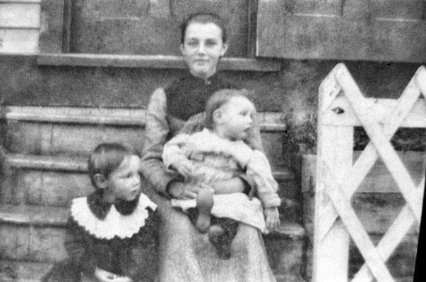 Jeune femme et enfants, vers 1903