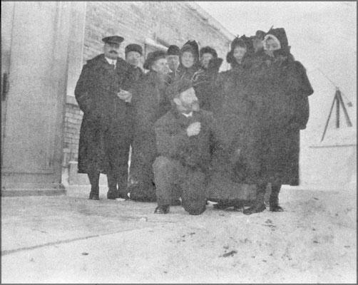 Habitants et visiteurs de la station de phare de Pointe-Ouest. On aperçoit Mme Odile Ferland dans le groupe qui aurait autour de 50 ans.