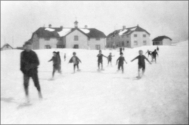Course de raquettes entre enfants à Baie Ste-Claire, On voit à gauche l'école et à droite l'hôpital