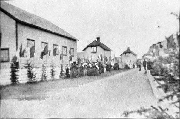 Acceuil d'Henri Menier à Baie Ste-Claire, à gauche l'on aperçoit l'église