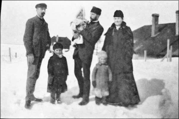 Vers 1904. Eugène Servêtre, son épouse Félixine Rouleau (m 1899).  Les petits Lucien, Jean-Louis et Madeleine dans les bras de son oncle Ernest. Les Servêtre, originaires de Grandville, Normandie. Félixine Rouleau, originaire de l'île Verte, Québec.