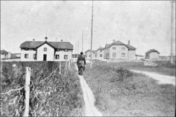 L'école à gauche, et à droite, l'hôpital, plus loin à droite, c'est la maison du douanier, une des deux maisons existantes encore aujourd'hui.