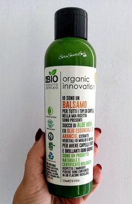 Fronte flacone Balsamo Ph Bio Innovation organic tenuto in mano