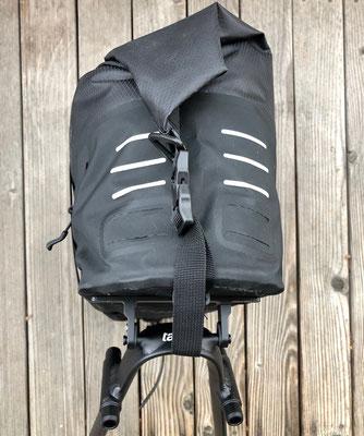 Tailfin AeroPack X von hinten mit Reflektoren u. Aufnahme für 2 Rücklichter