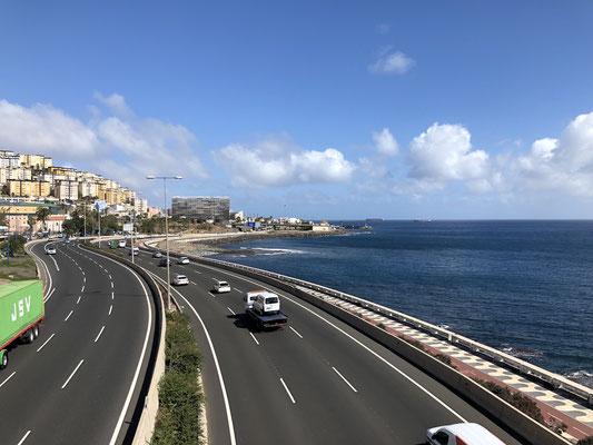nach Süden entlang der Küstenautobahn bei Las Palmas
