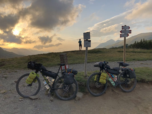 Bikepacking-Tour in den Bergen im Sommer