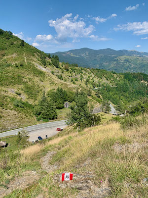 Blick zum Ausgangspunkt und Parkplatz am Passo della Forcella