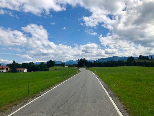 unterwegs auf asphaltierten Nebenstraßen