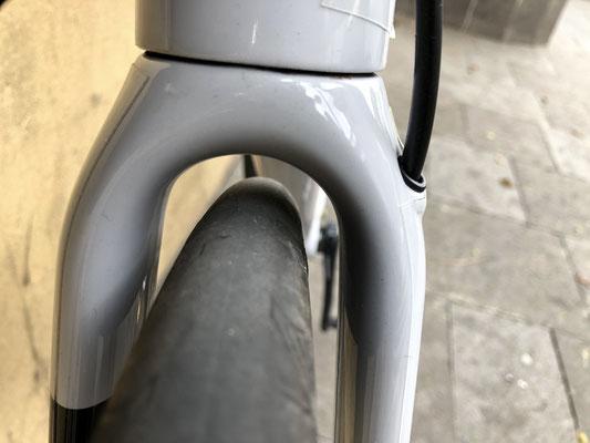 üppige Reifenfreiheit an der Gabel bei 25 mm Continental Ultra Sport Bereifung
