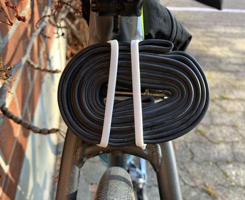 Fahrradschlauch am Rahmen mit baiki