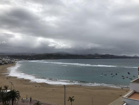 dunkle Wolken über der Playa de las Canteras