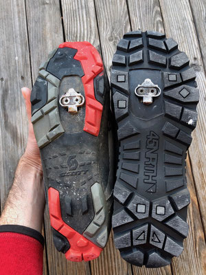 Größenvergleich der Schuhsohlen, beide sind Schuhgröße 48