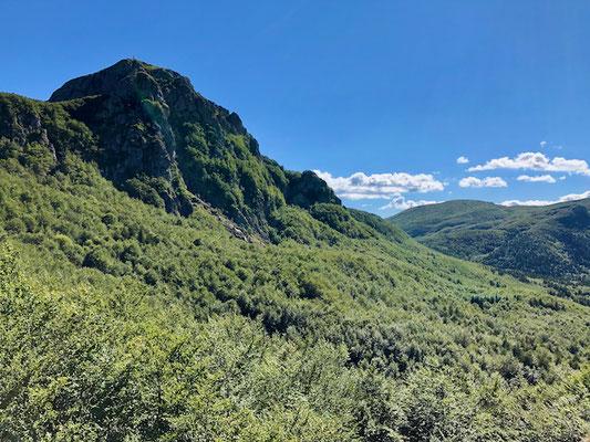 Abstieg mit Blick auf den Gipfel des Monte Penna
